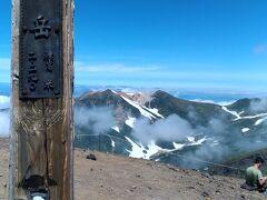 11:20 旭岳山頂に到着。夫は初登頂。 私は20年ぶりです。以前黒岳から母と歩きました。 この山頂で地元の中学生の学校登山と行き会って一緒に 写真を撮った記憶が残ります。
