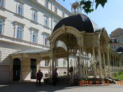 コロナーダの建物は各々に特徴があります。ここは青い円筒のドームが印象的です。