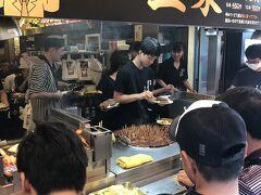 参道グルメの2軒目は串かつの「玉家」。参道で一番人気のお店です。店頭ではジャンジャン串かつを揚げており、立ち食いの方もたくさんいます。