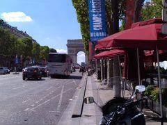 メトロに乗ってジョルジュサンクで降り、シャンゼリゼ通りに来ました。
