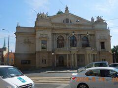 旧市街に向かって歩いています。通りの向こうの建物はティル劇場です。