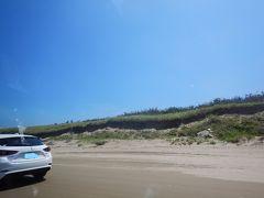 千里浜は砂浜を車で走る珍しい体験ができます。三連休初日ですが、比較的早い時間だったせいか空いていて気持ちよくドライブできました。