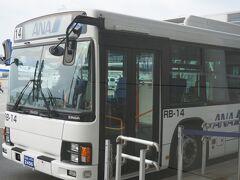 セントレアです。 新潟まで飛行機で向かいます。  ちっちゃな飛行機なのでこのバスで 飛行機のタラップまで行きます。