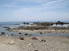 中央左の黒いのがゴジラ岩です。
