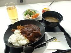 ホテルからのシャトルバスで成田空港へ行き、とっとと出国してそのままラウンジに直行です。  朝食はお決まりのJALビーフカレー。 この時にしか食べられない特別感が余計に美味しく感じちゃう。  サラダのレタスや野菜の鮮度が悪かったのが少し残念でした。 旦那さん初めての国際線のラウンジに、その豪華さに驚いている様子。 成田だから余計にですよね。