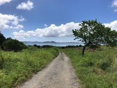 この道の先に電信屋跡があったけどオフロードなので諦めた 穴場のビーチがあるらしい