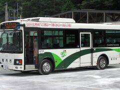 日吉で下車して、南丹市の市営バスに乗って、かやぶきの里まで行きます。地方のコミュニティバスですが、立派な車体のバスで運転されています。1時間に1本程度あり、かやぶきの里まで50分ほどかかります。