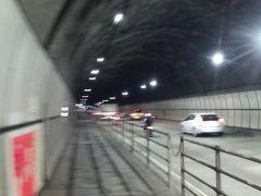 しばらく歩くと道の駅に辿り着いたので、「やれやれ、やっと到着…」と思って車を探しても見つからず…。 1号線のトンネルを挟んで両方に道の駅があるのですよ…。(゚д゚)!