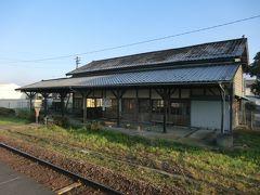 えびの駅舎。  大正元年(1912年)築。 106年の歴史をもつ木造平屋建の駅舎です。 登録有形文化財(建造物)に認定されているそうです。