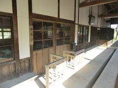 9:10 矢岳駅の駅舎は、開業の明治42年(1909年)以来の木造駅舎です。 趣を損ねるような改修をされていないのが素晴らしいですね。
