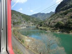 川の色がきれいですね。  球磨川は、熊本県南部の人吉盆地を貫流し川辺川をはじめとする支流を併せながら八代平野に至り八代海に注ぐ一級河川です。 熊本県内最大の川であり、最上川・富士川と並ぶ日本三大急流の一つなんだそうです。