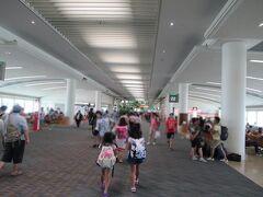 結局20分ちょっと遅れての到着。 石垣行きまでの乗り継ぎ時間はまだ20分以上あるので慌てないでも大丈夫。 それよりも夏休みで空港内は子供たちの姿が多く見られました。