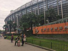 上海から西塘まではおよそ車で2時間。 バスで行くには、バスターミナルから行くのと、ツアーバスに乗るのとあるらしいのですが 南バスターミナルがホテルから一番近いので、そこをまず目指すことにした。  で、タクシーの運転手さんに上海南駅からバスに乗りたいと伝えたら、市内を循環するバスの乗り場で降ろされた…( ˘ω˘ :)   ここで職員さんらしきひとたちに西塘に行きたいと伝えるけど、英語はもちろん行き先を見せてもまったく通じず。  結局自力でピクトサインを見ながら長距離のバス乗り場に行くことに。