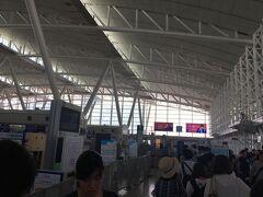 当日は昼12時半位の飛行機だったので、朝新幹線で福岡・博多駅に向かい、そこから地下鉄で空港へ向かいました。 新幹線に乗るのもひさしぶり。  福岡空港の国際線ターミナルは、チケットカウンターに行く前に預入荷物の検査があります。 これが結構行列になるので早め(3時間以上前に)に着いたのですが、逆に早めに着きすぎてまだ検査レーンが開いておらず、20分ほど待つことに。
