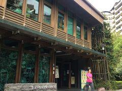 それがこちら。 新北投にある、台北市立図書館北投分館。 緑の多い公園の中に佇む木造の図書館は環境にもよく配慮され、外観も美しいので、世界の美しい図書館などの中にもよく選ばれています。