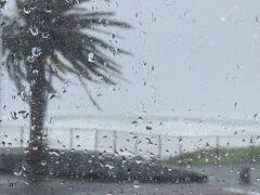遅めの昼食。 気が付けば、海は大荒れ。 16時だったから、天候のせいか、店内はガラガラ。