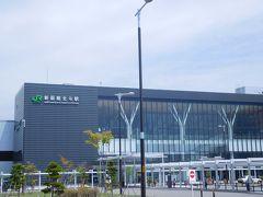 午前10時57分。 定刻通り北海道新幹線は新函館北斗駅へと滑り込んで行く。   新幹線にするか?それとも飛行機にするか? 散々あれこれシミュレーションした挙句、新幹線&レンタカーで北海道を旅することに決めた。 このプランだと新幹線乗車券が2割引、特急券が1割引という設定。  周囲はほとんど何もないに等しい、閑散とした場所に場違いなほど真新しい巨大駅。 昼飯をどこで食べようか? 事前にあれこれ検討したけれど、帯に短し襷に長し! 妙案見つからぬまま旅に出てしまい・・・  ま、ともかく、レンタカーの手続きを済ましちゃいますかね(苦笑)