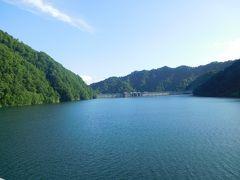 視界左手に満々と水を湛えたダム湖が見えたので車を降りてみた。 さっぽろ湖。