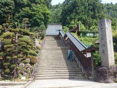 《山寺》の登山口は、一番東側にあるこちらの階段です。まあ上でつながってますが。  妻「はあはあ、暑い...」  確かに暑い...