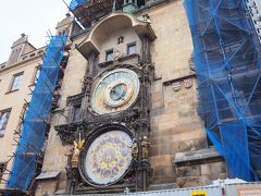 天文時計は残念ながら修理中でした。 それでも人はたくさんいた!