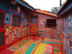 小道の古い赤レンガの壁の上にデザインされた模様が描かれている