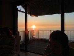 海に沈む美しい夕陽を眺めながらの夕食バイキング。