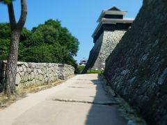 ゴントラを降り、城までは10分くらいの上り坂。 汗が滴り落ち、背中にびっしりと貼り付いているのが分かります。 後で絶対に道後温泉に行こう。