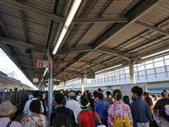17時。 塚本駅に着きました~。  すでに人多い!