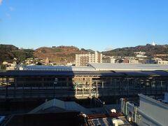 1月12日。九州の旅の5日目の朝。 JR九州ホテル熊本のお部屋の窓から熊本駅を眺めます。 やっとお天気に恵まれましたが、とっても寒い朝でした。