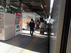 各駅で乗客が増えてきて、運転室後ろの窓の前にも立っている人がいたので写真を撮るのはしばし中断。平日の11時。電車も20分毎に走っていますが、利用客も多い区間です。 熊本から8駅目の光の森駅でまとまった下車がありました。
