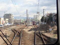 三里木駅で対向列車と行き違い。