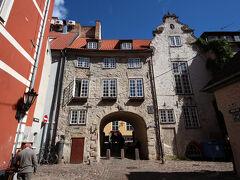 スウェーデン人兵士とここで密会していた娘が、 外国人と会ってはならないという禁を犯して、 この門に塗りこめられたとか。 あぁ、なんて恐ろしいぃ(><)
