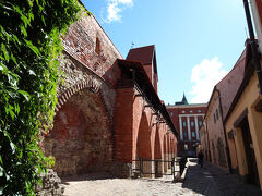 城壁が見えてきます。 中世の頃は、アーケードを利用してマーケットが開かれていたそうです。