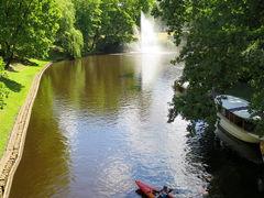 運河には、カヤックに乗る女の子ふたり組。 右へフラフラ、左へフラフラ。  あ~、ぶつかっちゃう(○□○;)