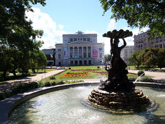 国立オペラ座(Latvia National Opera)も、遠くから見るだけ。 バレエ公演を見たかったのに、この日はやっていませんでした(~~;