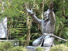 参道をしばらく歩くとムスビの御神像。 大国主大神が結びの神となる場面の像。 日本書紀の神話ね。