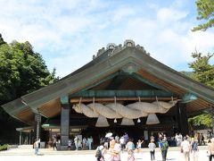 神楽殿はその名の通りお神楽奉納の場。 約270畳の広間があってお神楽や、なんと結婚式もやるんだってさ。