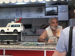 「ホームメイドトロピカルアイス」  ガイドさんお勧めのアイスのお店。行列してます。娘が並んでいる間に、マーケット内をぐるり。  マンゴーアイスをチョイスし、シェア。甘すぎず、美味しかったです。