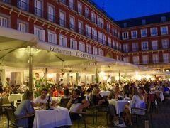 「マヨール広場」 16世紀初めにはマヨール<大きい>という 意味で親しまれていたといいます。 今では、カフェ・レストランが 広場を囲むように並んでいて
