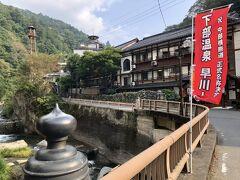 湯上り後は散策へ  源泉館の手前に裕貴屋(元大市館)がある。