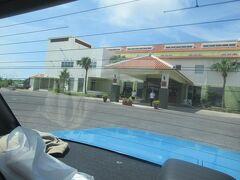 8月4日。1泊した沖縄エグゼス石垣島を出発。 スタッフの方がエントランスでお見送りしてくれました。