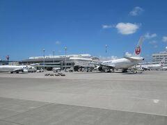 那覇空港は真夏の空が広がっていました。