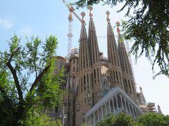 サグラダ・ファミリア広場(Plaça de la Sagrada Família) この広場から、サグラダ・ファミリアの全景が収まる写真を撮ることができます。  以上でサグラダ・ファミリアの見学を終え、カサ・ミラへ向かいます。