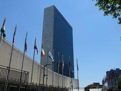 ホテルに戻って一息ついた後は、世界平和維持のために設立された国際連合の本部 の見学です。グランドセントラル駅から15分ほど歩きました。