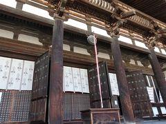 まずは東金堂へ。  堂内には薬師如来像、日光・月光菩薩像や、文殊菩薩像と維摩居士像、四天王像、十二神将像が安置されており、ありがたい雰囲気。内部の写真撮影は不可でした。