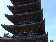 東金堂前の廊下から撮った五重塔。
