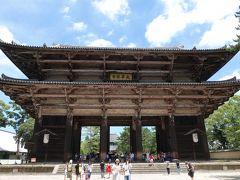 奈良公園を抜けて東大寺へ。 すでに体力は限界。とりあえず大仏様を目指します。  南大門。国宝です。 高さは基壇上25.46m。日本最大の山門です。