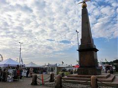ヘルシンキ大聖堂近くの停車場でトラムを降り、マーケット広場まで歩いた。 広場にはロシア帝国最後の皇帝ニコライ2世の皇后、アレクサンドラ皇后の行啓記念碑が建っていた。