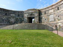 キングスゲートを外側から見る。 壁の丸い穴の石組みが、花のようになっていて可愛い。