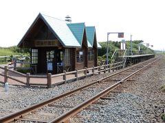 釧網本線、原生花園駅です。  27-28年前にJTBのツアーで来た時もこの踏切を渡ったのを思い出しました。 あの時も夏で、花はほとんど咲いていなかったな。